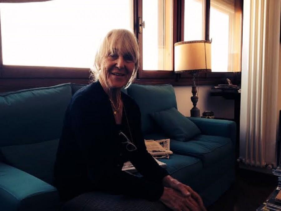 Britta Lindblom sul suo divano verde